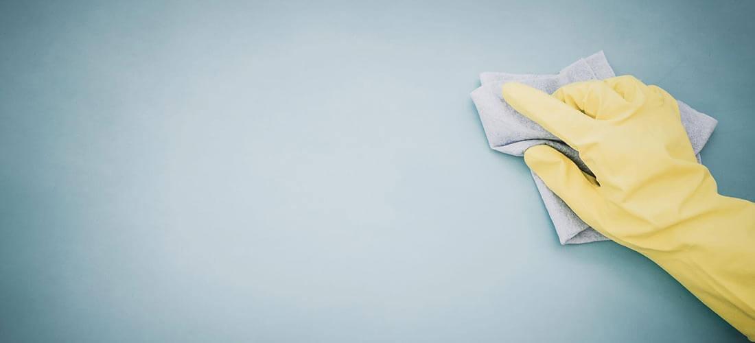 Rengøring med handske og klud